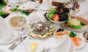 Накрытый стол ожидает гостей